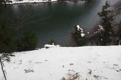 足を滑らせたら湖に落ちるまで止...