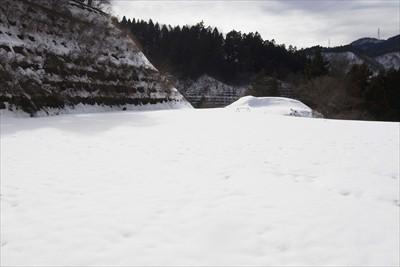 トンネルのコチラ側も雪でいっぱ...