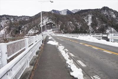 やまびこ大橋の上の歩道には雪は...