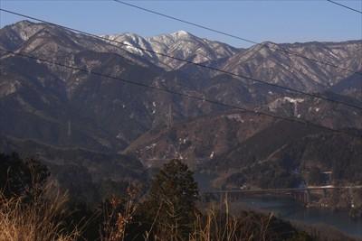 左側には丹沢の山並みが見えます...