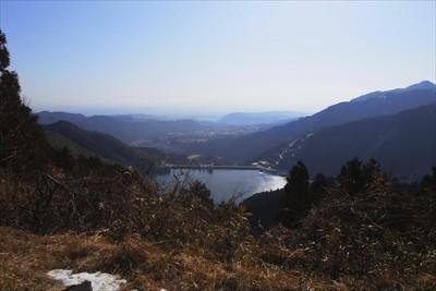 宮ヶ瀬ダムが正面に見えます。天...