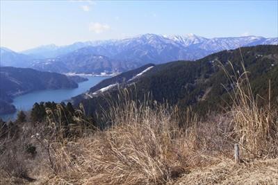 山頂からは、丹沢の山並みと・・...