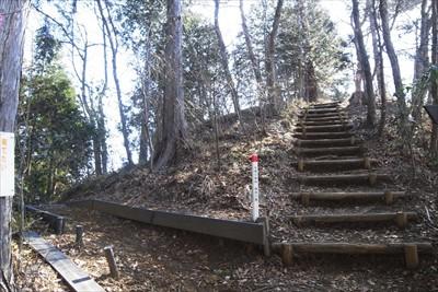 真っ直ぐ階段を登ると韮尾根方面...