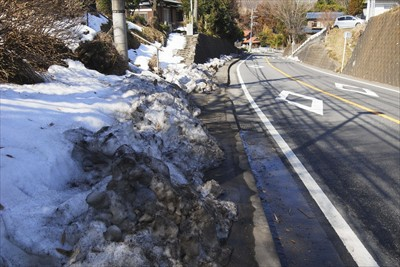 歩道にはまだたくさんの雪が・・...