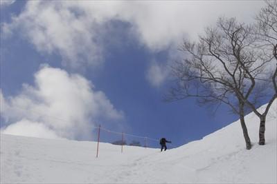 まずはスキー場の脇を天神尾根に...
