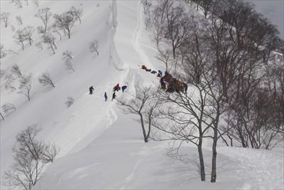 一度大きく下る。鞍部で雪洞を掘...