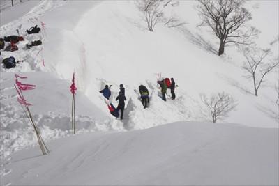 ここでも、雪洞を掘っていた。...