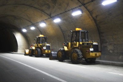 トンネルの中は非常灯や、2箇所...