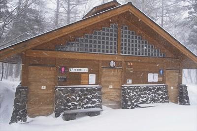 冬季トイレはこの建物に後ろ側に...