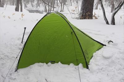 とりあえずテントが立って、風に...