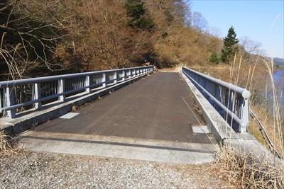 この橋を渡ると登山口です。...