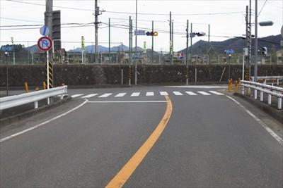 三叉路の交差点。ここを左。...