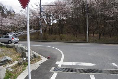 丁字路を左に曲がる。...