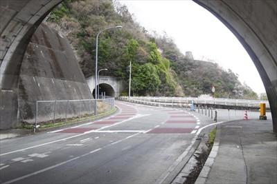 青山トンネルの出口に宮ヶ瀬ダム...