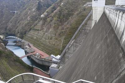 ダムの下流側。背筋がぞ~っとし...