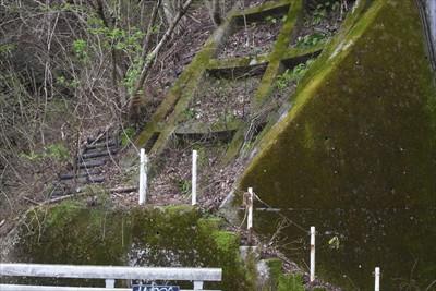 宮ヶ瀬トンネルの脇に気になる階...