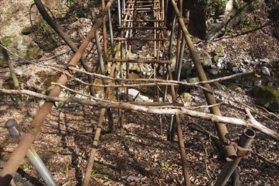 回りこんで、橋の欄干にこの先は...