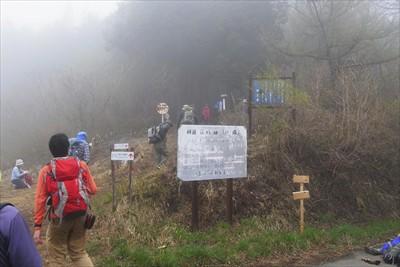 ・・・笠山峠到着。再び登山道に...