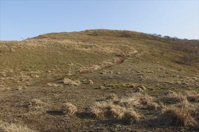 最低鞍部から大谷山を見上げる。...