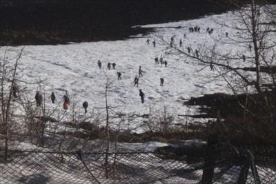 五合目から上の雪渓を見上げると...