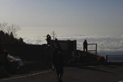 まずは駐車場の東端へ・・・。雲...