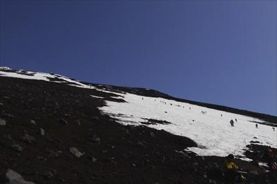 すぐに次の雪渓が見えてきました...