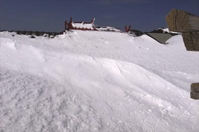 神社も屋根を残して埋まっていま...