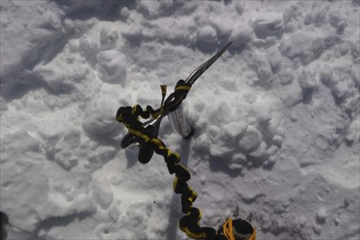 山頂の稜線は雪面が固い所もある...