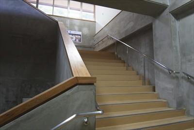 通路を通って階段を登ってバスタ...