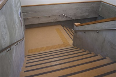 階段を下って・・・...