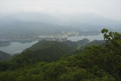 宮ヶ瀬湖越しの丹沢の山並み。チ...
