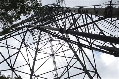 鉄塔を見上げる。...