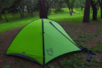 ジブンも早速テント設営。...