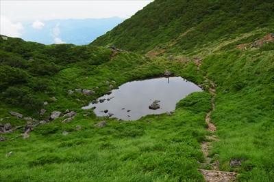 チョット登った所から池を見下ろ...
