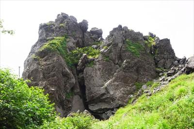 下山ルートに戻り大岩を振り返る...