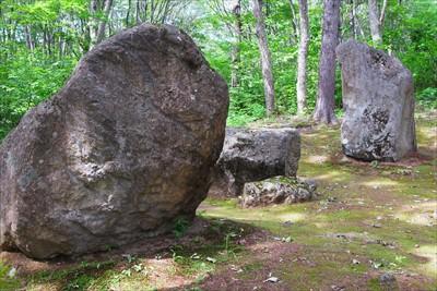 脇には巨石がゴロゴロ。やはり昔...