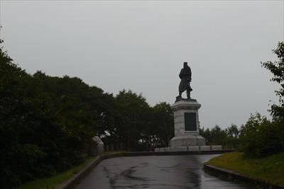 突き当りに大きな後藤伍長の銅像...