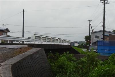 この橋も昔は木の橋で、橋の上に...