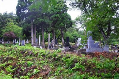 隣にある墓地。母親の小さいころ...