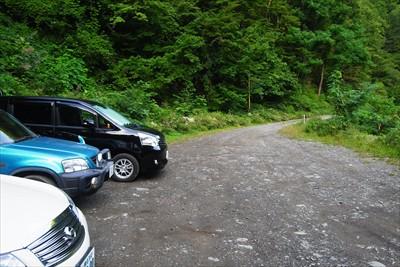 島々谷林道の駐車スペースに車を...