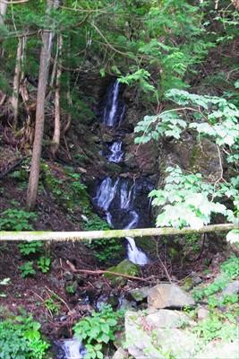 出発してすぐに左側に小さな滝が...