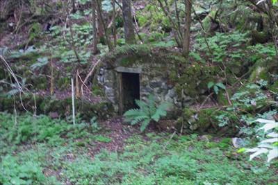 ん? 何やら石室のような物があ...