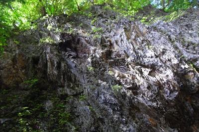上を見上げると、せり出した大岩...