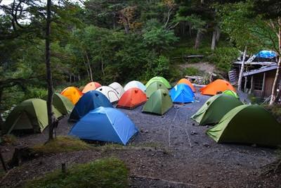 テント場も一杯。小屋の裏のテン...
