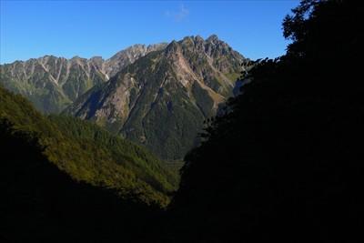 木々の間から見える明神岳。...