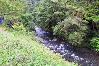 右下には川が流れている。...