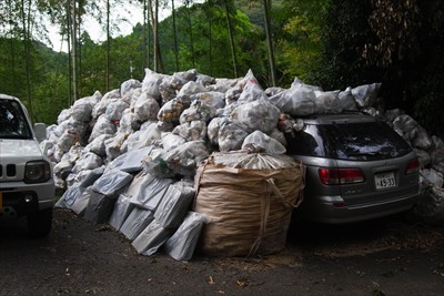 ・・・車がゴミで埋まっています...