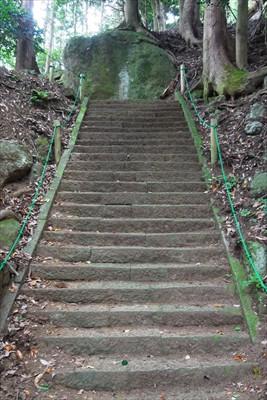 階段の正面に大岩があり、階段は...