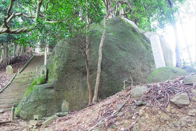 もう一個の大岩。どのくらい大き...