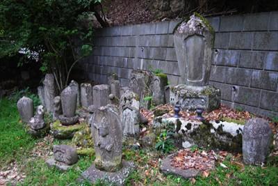 色々な石碑があります。...
